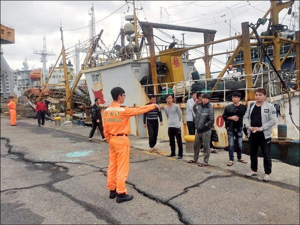 洋巡隊員將莊姓船長等15人帶回正濱漁港製作筆錄。(記者吳昇儒翻攝)