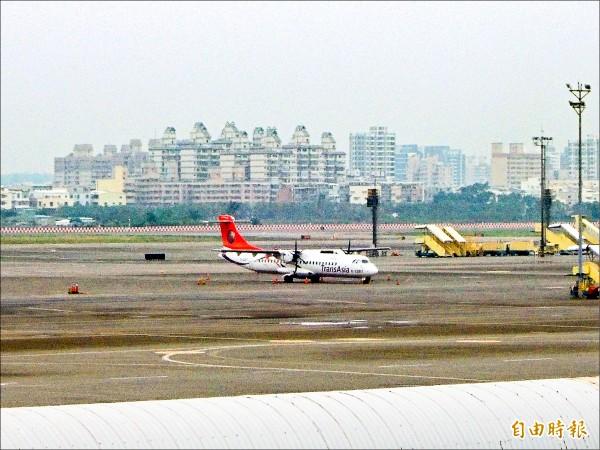 復興航空ATR班機停放於高雄機場。(記者黃旭磊攝)