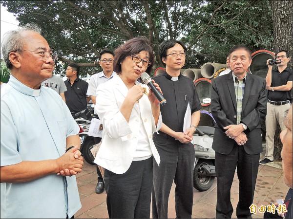 立委蘇治芬(左二)承諾推薦教友代表加入公聽會,讓意見充分溝通。(記者廖淑玲攝)