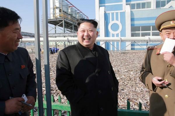 金正恩20日來到軍隊經營的「8月25日水產事業所」視察,看見滿坑滿谷的魚讓他十分開心,他更說:「聞到魚腥味後,心情很舒暢。」(路透)