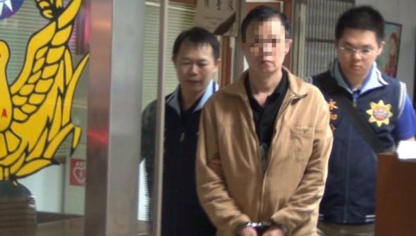 警方偵破販毒父子檔,訊後將父親廖男(中)依毒品罪嫌移送。(記者陳薏云翻攝)