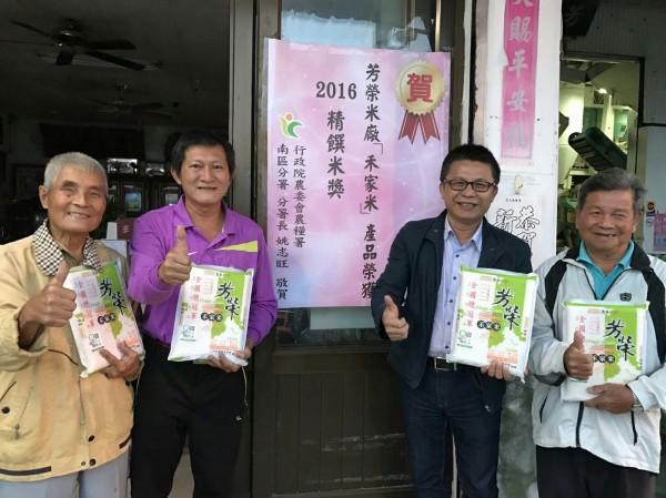芳榮米廠「芳榮禾家米」獲2016「精饌米獎」,農糧署南區分署長姚志旺(右2)前往米廠張貼紅榜,崑濱伯(左1)也到場致賀。(圖由農糧署南區分署提供)