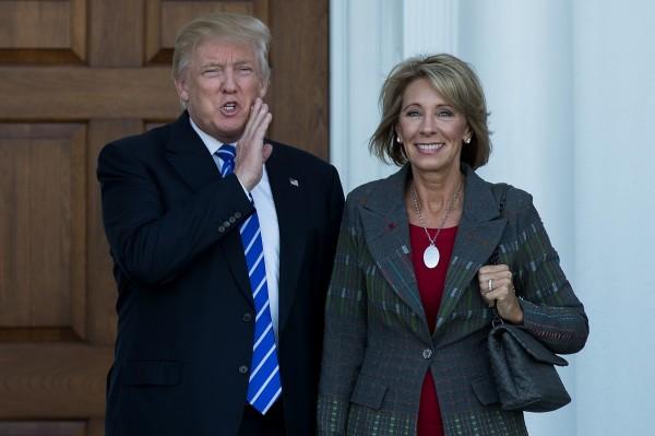 58歲的戴弗斯(圖右)是來自密西根州的共和黨大金主,她的公公是直銷公司安麗的其中一名創辦人理查‧戴弗斯。(資料照,法新社)