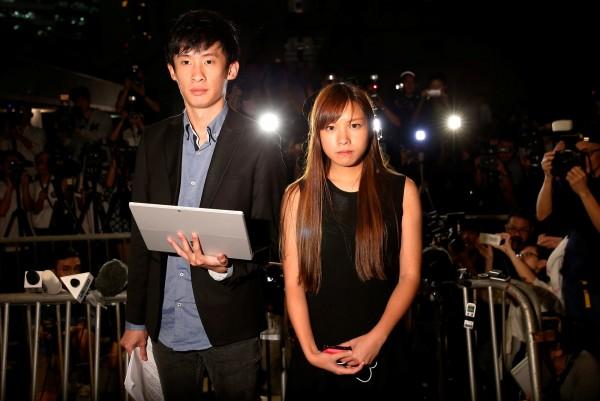 香港本土派「青年新政」成員梁頌恆(左)及游蕙禎日前因中國人大釋法,被香港高等法院判定喪失議員資格,兩人提出上訴,法院今日開庭處理。(路透)