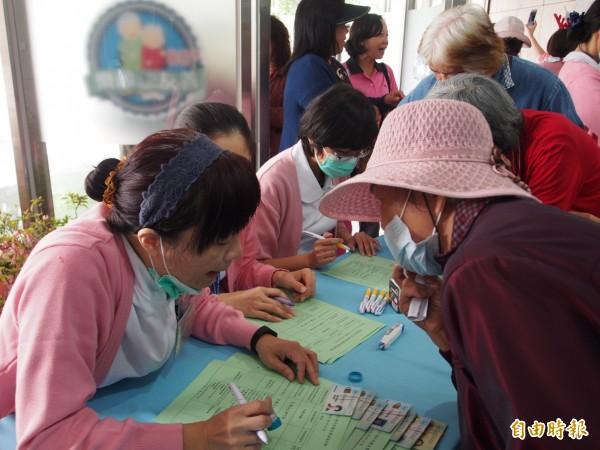 台東醫院121年院慶,開放民眾免費健檢,一早就有民眾大排長龍。(記者王秀亭攝)