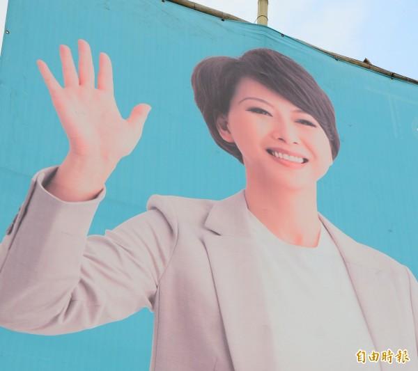 看板上的陳亭妃,一度被誤認是港星蔡少芬。(記者吳俊鋒攝)