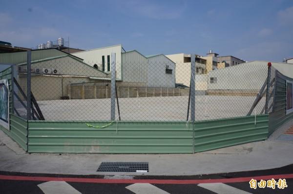 維冠大樓原址目前被鐵皮圍起來。(記者林孟婷攝)