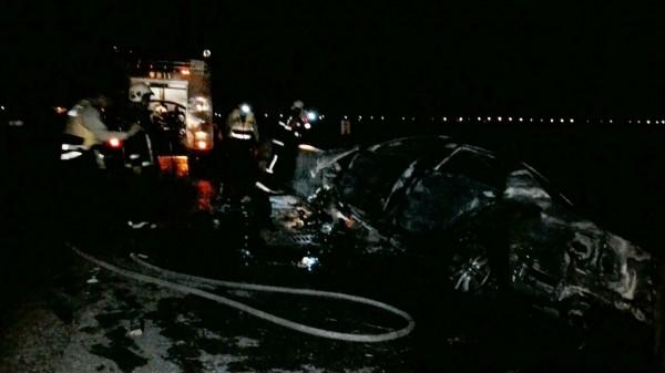 布袋鎮全國加油站附近發生自小客車撞上橋墩意外,整台車起火燃燒。(記者林宜樟翻攝)
