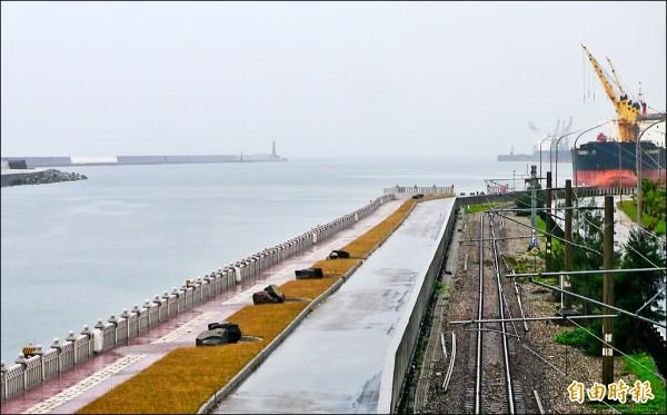 花蓮港在一○四年向歐洲海港組織申請「生態港國際認證」,歷經二年準備及階段評核,今年終於順利通過審查,預計年底獲頒證書。 (記者王峻祺攝)