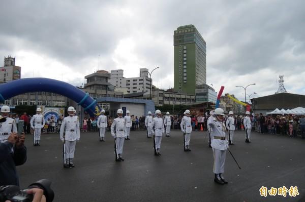 海軍儀隊高挺帥氣的操槍演出,吸引大批民眾爭睹拍照。(記者俞肇福攝)