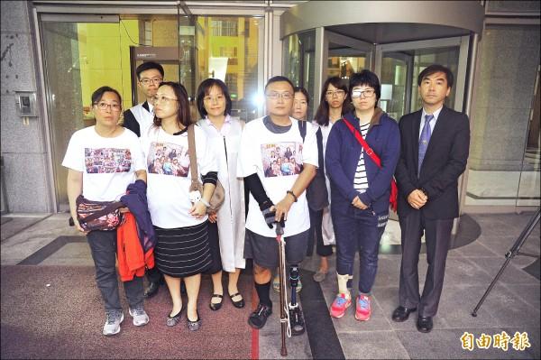 維冠大樓受災戶昨穿印著全家福的上衣,到台南地院聆判。(記者王捷攝)