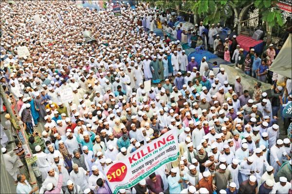 孟加拉達卡的穆斯林廿五日走上街頭,抗議緬甸政府暴力鎮壓羅興亞人,要求孟加拉政府開放邊界收容難民。(歐新社)