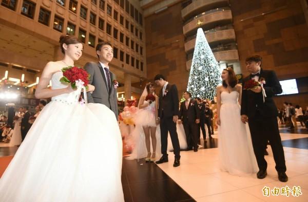 一年一度台鐵集團結婚典禮於今日登場,31對新人佳偶締結連理,其中有9對新郎、新娘皆是台鐵局員工。(記者廖振輝攝)