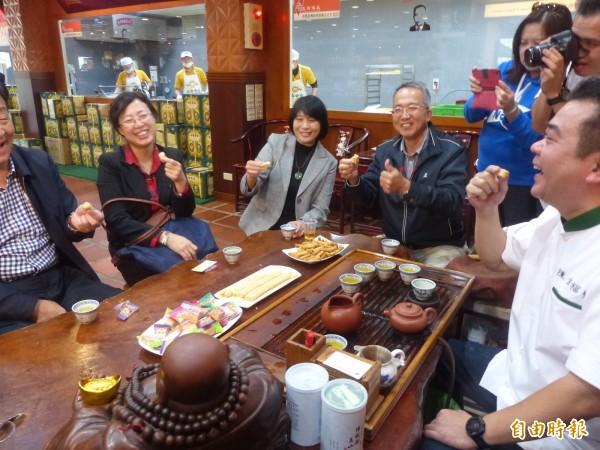 中國來台八縣市踩線團走訪貢糖店,店主陳金福(右一)拿出昔時進貢給皇帝的「貢糖」讓客人嚐鮮。(記者吳正庭攝)