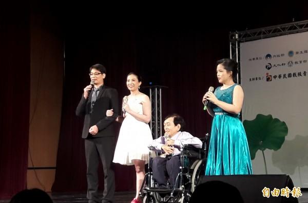 吳庭瑤(左二)因罹癌截肢,她樂觀以對,交往多年的男友陳俊明(左一)不離不棄、表示願當她的右腳,兩人於去年完成終身大事。(記者蔡文居攝)