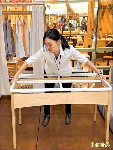 「走走家具」團隊成員陳姿廷示範家具組裝及拆解,獲得「最佳市場機會」獎肯定。(記者楊綿傑攝)