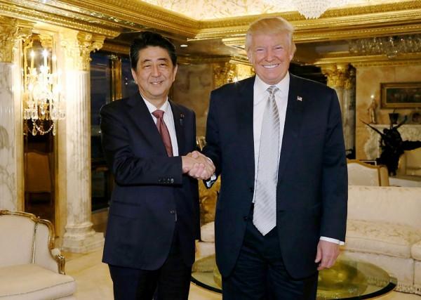 日相安倍晉三17日前往紐約川普大樓會見美國候任總統川普。(法新社)