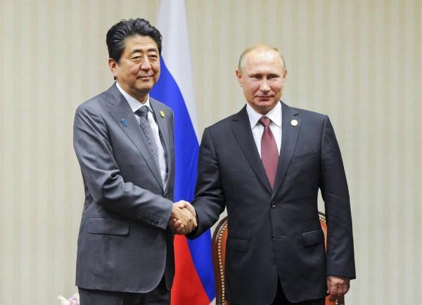 日相安倍晉三在APEC會議上與俄羅斯總統普廷會面。(美聯社)