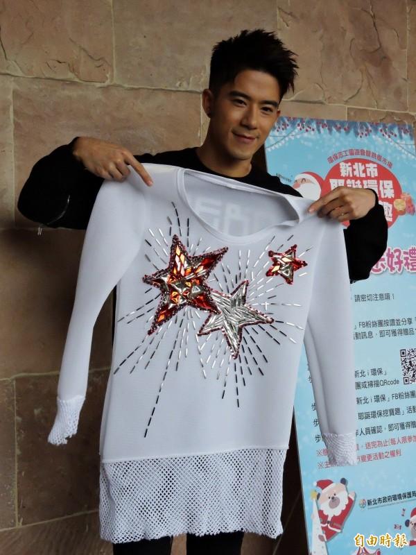 JR捐出參加桃園燈會演出的表演服裝。(記者賴筱桐攝)