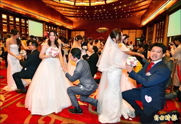 中華電信在圓山飯店舉行105年員眷集團結婚,45對新人在眾人見證下完成婚禮。(記者王藝菘攝)