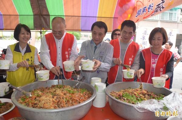 一萬碗待用麵,幫助需要的人,屏東市長林亞蒓(左一)相當肯定大家的愛心。(記者葉永騫攝)