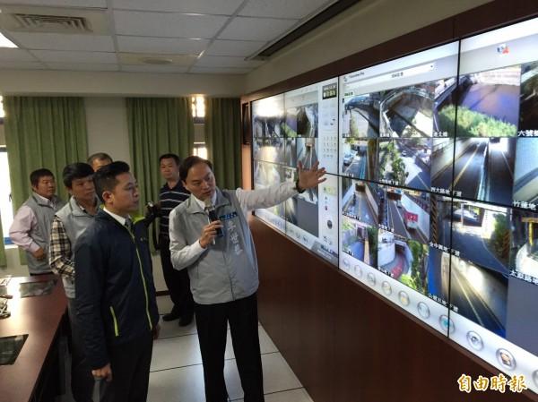 市長林智堅(左)今至消防局災害應變中心視察,由代理局長李世恭(右)進行彙報,並展示全新監看系統並加以模擬演練。(記者王駿杰攝)