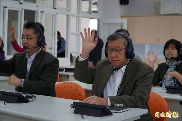 新竹縣東興國中今天啟動語言教室「即時語言檢測系統」,該套系統功能多且互動性強,縣長邱鏡淳現場檢測後,希望逐步推廣到全縣的國中校園,以提升學生的語言能力。(記者廖雪茹攝)