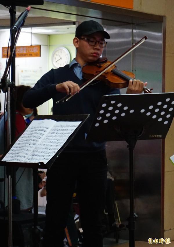血友病友柯品丞在兒童醫院音樂演奏小提琴,鼓勵病童。(記者蔡淑媛攝)