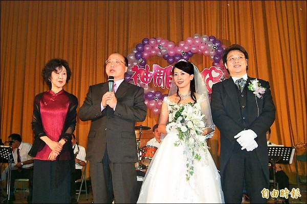 10多年前藝人孟庭葦的婚宴在中興高中活動中心舉辦,當時台中市長胡志強夫婦到場道賀。(記者陳鳳麗攝)