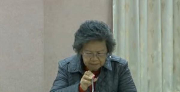 嘉義基督教醫院醫師徐山靜在同婚公聽會上口誤,稱同性戀是「發病」,隨即道歉。(圖擷自YouTube)