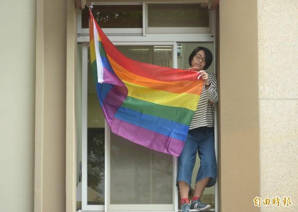 挺同志團體28日在立法院外召開「反專法、要平權,修民法、爭平等」聯合記者會,青島會館外有立委助理掛起彩虹旗聲援。(記者張嘉明攝)