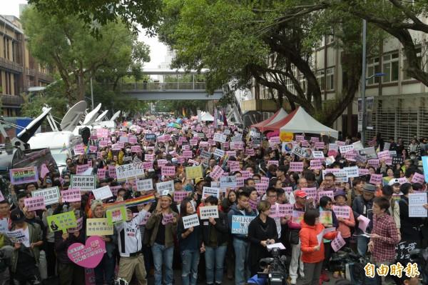 台灣同志諮詢熱線協會資深研究員呂欣潔在現場表示,婚姻平權不是藍綠之爭,而是立法院的世代之爭。(記者張嘉明攝)