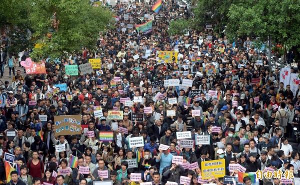 「相挺為平權,全民撐同志」活動,今(28日)於立法院青島東路側集結,主辦單位稱現場已有2萬挺同民眾到場。(記者林正堃攝)