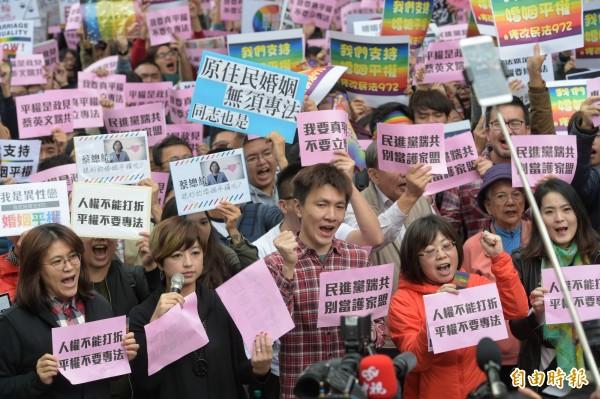 今有上萬名挺同婚民眾集結立法院青島東路側,做出「修正民法、不要專法」的訴求。(記者張嘉明攝)