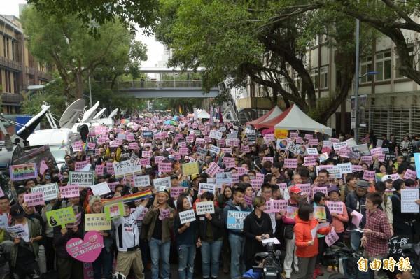 ,許多挺同婚團體號召民眾前往立院前面反對「專法」設置,強調同志無須「保障」,同志要的是基本的尊重與平等權利,上午9點已經湧現大批民眾在青島東路相挺。(記者張嘉明攝)