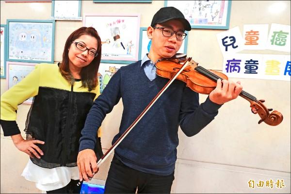 血友病患柯品丞與林香汝,藉由音樂抒發病痛,激勵自己。(記者蔡淑媛攝)