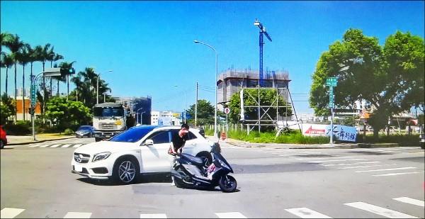 行車記錄器拍下賓士車駕駛張女的身影。(記者何宗翰翻攝)