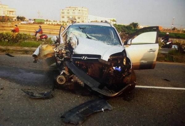休旅車撞斷電線桿後橫躺路中央,車頭嚴重毀損。(記者湯世名翻攝)