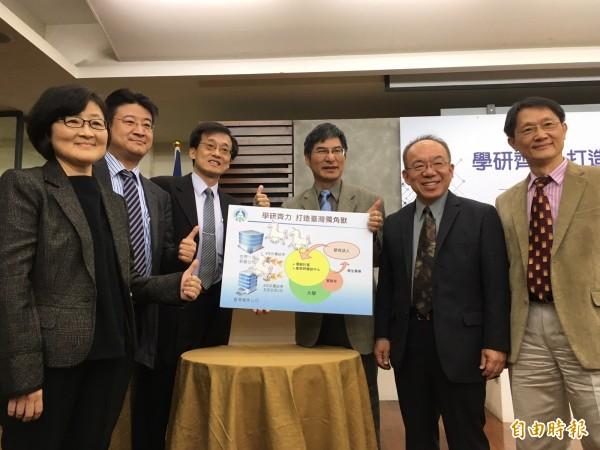 打造「台灣新創獨角獸」,教育部政次陳良基(右三)今天和協助方案推動的矽谷創投業者陳勁初(右二)等人開記者會,教育部喊出數年後要催生出10億美金市場估值的獨角獸。(記者林曉雲攝)