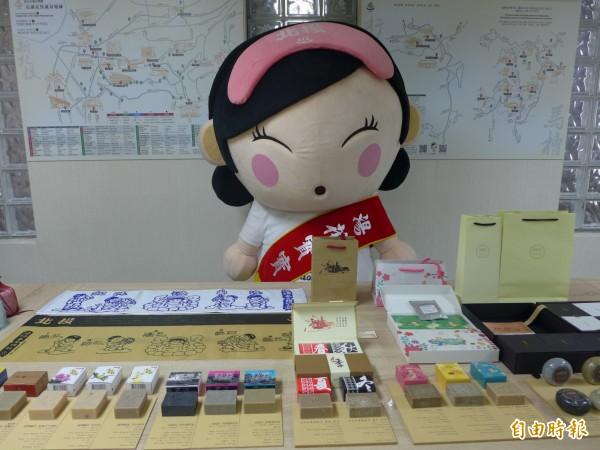 產發局今日在市府舉辦記者會,介紹台灣唯一溫泉湯花手作品專賣店「湯花作」販賣的湯花皂。(記者聶瑋齡攝)