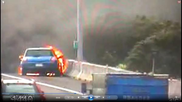 起火燃燒的小轎車停在路肩。(記者曾健銘翻攝)