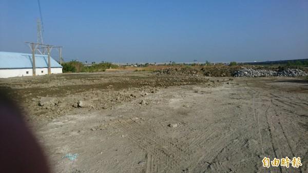 被傾倒爐石的土地至今仍無法耕作利用。(記者葉永騫攝)