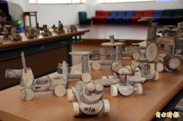 學生漂流木作品。(記者黃旭磊攝)