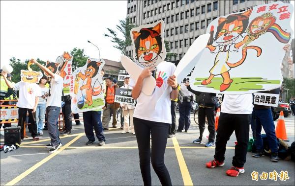 反同團體到立法院外舉行記者會,要求立委尤美女等人撤案。(記者林正堃攝)