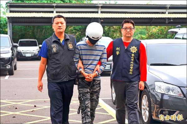 警方將涉案的洪男帶回警局偵訊。(記者林孟婷攝)