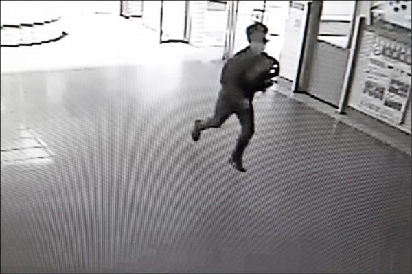 洪男倉皇逃離的身影被監視錄影器錄下。(記者林孟婷翻攝)