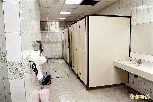 洪男躲在右邊廁所第四間,等到女大學生如廁結束從第三間廁所出來後,洪男從後方用沾有乙醚的布摀住女大生口鼻。(記者林孟婷攝)