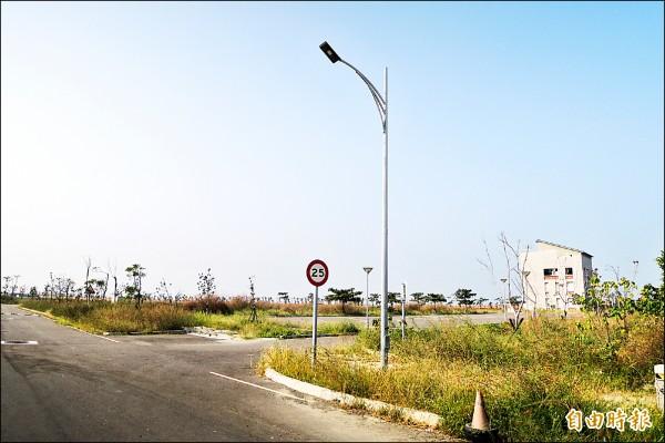 國立台南大學七股校區內目前僅有機電中心建築。 (記者劉婉君攝)