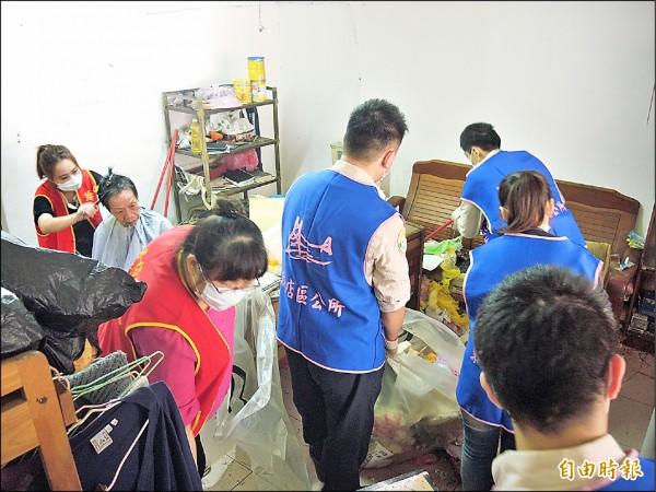 替代役男與志工幫忙清理環境,並幫阿嬤理容。(記者翁聿煌攝)