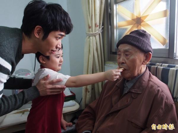 劉以豪與小粉絲郭正彥組好鄰居送餐隊,送餐給弱勢長輩。(記者王秀亭攝)
